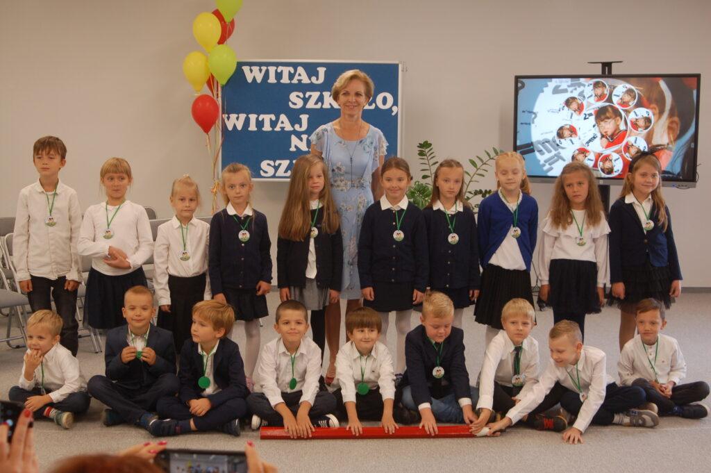 Fotografia przedstawia dzieci z klasy I
